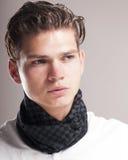 Homem novo considerável com penteado encaracolado Imagem de Stock Royalty Free