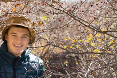 Homem novo considerável de sorriso fora na floresta fotografia de stock royalty free