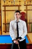 Homem novo considerável do bilhar com sugestão e laço da camisa Fotografia de Stock