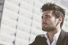 Homem novo considerável e encantador com corte de cabelo à moda Fotos de Stock