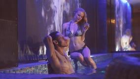 Homem novo considerável e menina que relaxam nos termas Banhe na associação vídeos de arquivo