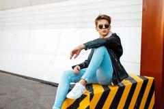 Homem novo considerável elegante em à moda marcado fotos de stock royalty free