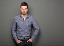 Homem novo considerável em olhar fixamente esperto da camisa Foto de Stock Royalty Free
