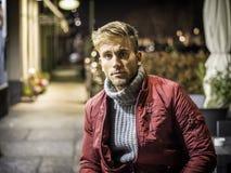 Homem novo considerável exterior na forma do inverno Fotos de Stock