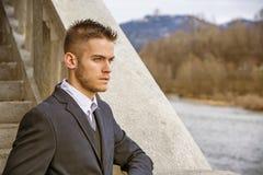 Homem novo considerável exterior no revestimento e na camisa Fotos de Stock