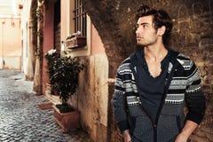 Homem novo considerável na cidade Espera na rua fotos de stock royalty free