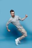 Homem novo considerável na dança dos vidros foto de stock