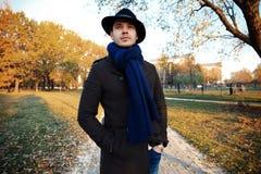 Homem novo considerável na moda na forma do outono que está no ambiente urbano Fotos de Stock Royalty Free