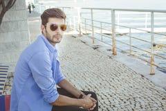 Homem novo considerável no blue-jeans imagens de stock