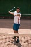 Homem novo considerável no campo de tênis fotografia de stock royalty free