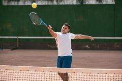 Homem novo considerável no campo de tênis fotos de stock royalty free