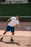 Homem novo considerável no campo de tênis imagem de stock royalty free