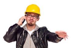 Homem novo considerável no chapéu duro no telefone fotografia de stock royalty free