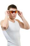 Homem novo considerável no sungla desgastando do t-shirt branco Fotos de Stock