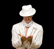 Homem novo considerável no traje branco. Mostra seu f Imagens de Stock Royalty Free