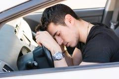 Homem novo considerável que dorme em um carro imagens de stock