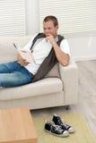 Homem novo considerável que lê o bom livro Fotografia de Stock Royalty Free