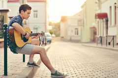 Homem novo considerável que joga a guitarra Imagem de Stock Royalty Free