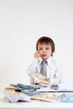 Homem novo, contando o dinheiro e tomando notas Foto de Stock Royalty Free