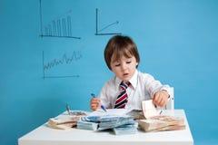 Homem novo, contando o dinheiro e tomando notas Fotografia de Stock Royalty Free