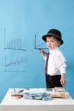 Homem novo, contando o dinheiro e tomando notas Fotografia de Stock