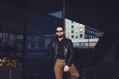 Homem novo da barba que levanta na rua foto de stock royalty free