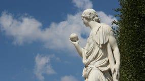Homem novo da escultura com fruto fotos de stock royalty free