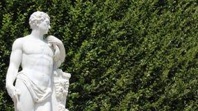 Homem novo da escultura com Leves verde fotos de stock royalty free