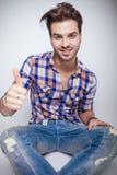 Homem novo da forma que sorri para a câmera Imagem de Stock