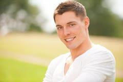 Homem novo de sorriso fotografia de stock