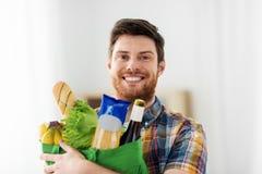 Homem novo de sorriso com alimento no saco fotos de stock