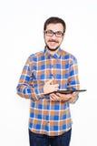 Homem novo de sorriso com uma tabuleta Fotografia de Stock Royalty Free