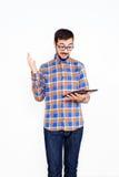 Homem novo de sorriso com uma tabuleta Imagens de Stock