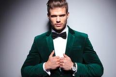 Homem novo de sorriso em um terno elegante de veludo Foto de Stock Royalty Free