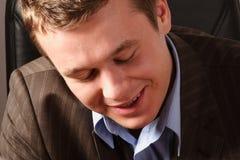 Homem novo de sorriso positivo e tímido foto de stock royalty free