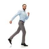Homem novo de sorriso que corre afastado Fotografia de Stock