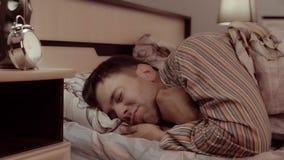 Homem novo de sorriso satisfeito com ir dormir filme