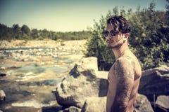 Homem novo descamisado atlético exterior no córrego do rio ou da água imagens de stock