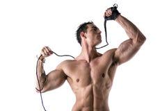 Homem novo descamisado muscular com algemas, chicote e luva Imagens de Stock