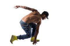 Homem novo descamisado na moda atlético que faz a rotina da dança de ruptura fotografia de stock royalty free