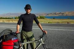 Homem novo desportivo em um desengate da bicicleta no turco oriental Imagens de Stock
