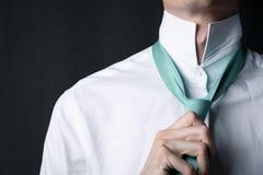 Homem novo do close-up em uma camisa branca com uma hortelã da cor do laço imagens de stock royalty free