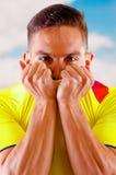 Homem novo do ecuadorian que veste a câmera ereta do revestimento da camisa oficial do futebol da maratona, linguagem corporal mu foto de stock