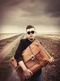 Homem novo do estilo com mala de viagem Foto de Stock