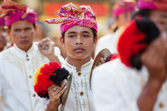 Homem novo do músico da orquestra tradicional Gamelan dos povos do Balinese Foto de Stock Royalty Free