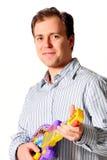 Homem novo do músico que joga a guitarra elétrica do brinquedo Fotos de Stock