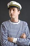 Homem novo do marinheiro com tampão branco Fotografia de Stock Royalty Free