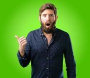 Homem novo do moderno com barba e camisa fotografia de stock