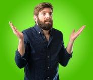 Homem novo do moderno com barba e camisa imagem de stock royalty free