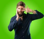 Homem novo do moderno com barba e camisa fotografia de stock royalty free